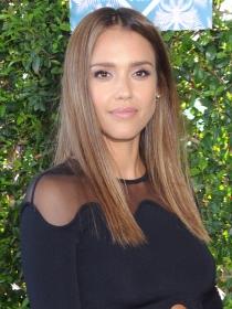 Alisa tu pelo como Jessica Alba para un look muy natural