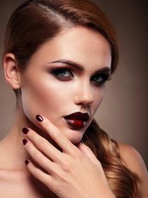 Los mejores colores de uñas para chicas con piel bronceada