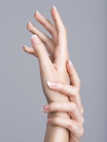 Los colores de uñas que favorecen a las chicas con piel muy blanca
