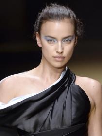 Maquillaje azul extremo: potencia tus ojos como Irina Shayk