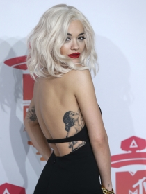 Los románticos tatuajes de Rita Ora y su interpretación
