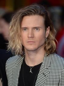 Hombres: Luce un cabello largo y bonito como Dougie Poynter