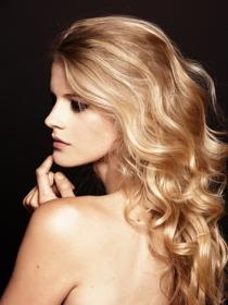 Pros y contras de la camomila en el pelo para rubias