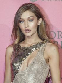 Copia el maquillaje dorado del ángel Gigi Hadid