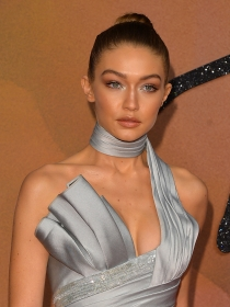 Seduce estas fiestas con el make up plateado de Gigi Hadid
