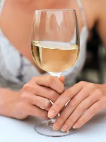 Por qué un vaso de vino antes de dormir puede ayudar a tu dieta