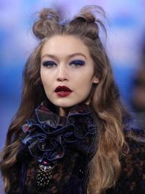 Inspírate en los moñitos de Gigi Hadid para un peinado divertido
