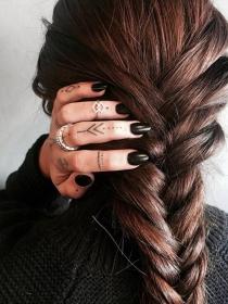 Tatuajes para los dedos con mucho mensaje en tu piel