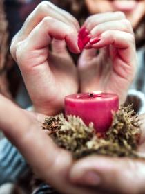 Por qué no debes juzgar a alguien que haga rituales de amor