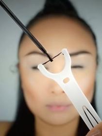 Consigue un delineado de ojos perfecto con hilo dental