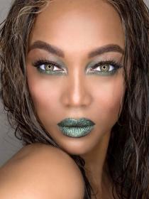 Luce como una estrella con el maquillaje verde de Tyra Banks