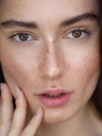 Freckling: la moda de tatuarse pecas en el rostro