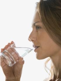 Por qué hay que beber dos litros de agua al día