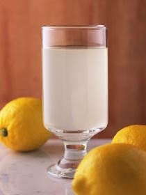Agua con limón en ayunas, el mejor aliado contra el mal aliento