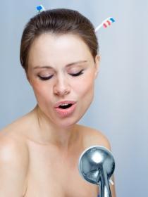 Los beneficios de cantar en la ducha