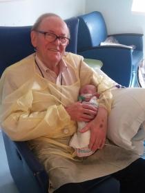 La conmovedora historia del abuelo que abraza a bebés prematuros