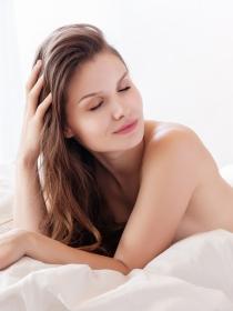 Dormir desnuda: 8 beneficios que te harán quitarte la ropa