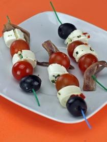 Recetas de aperitivos fáciles: deliciosas brochetas de tomate y queso