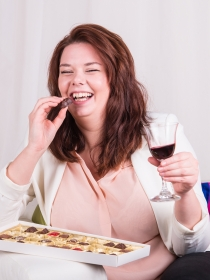 Comer chocolate y beber vino, tus aliados contra las arrugas