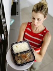 Alimentos que NUNCA deberías recalentar en el microondas