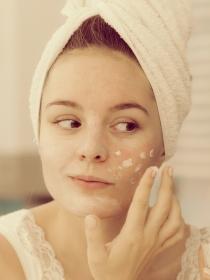 ¿Tienes acné? 15 tips de maquillaje para disimular granitos
