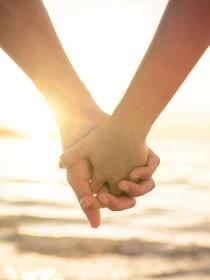 La forma en la que tu chico te agarra la mano esconde un secreto