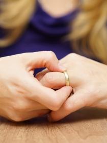 Trucos para quitarse un anillo atascado en el dedo