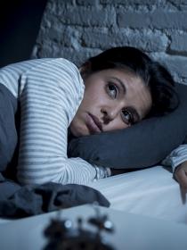 La razón por la que dormimos peor la noche del domingo al lunes