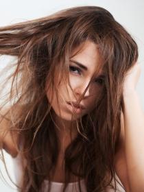 7 Hábitos diarios que ensucian tu pelo
