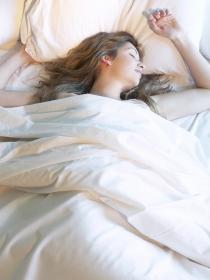 Espasmos antes de dormir: ¿Por qué suceden?