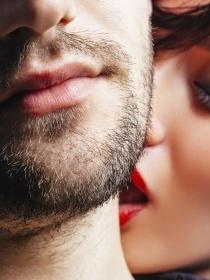 El poder de los besos apasionados en el cuello