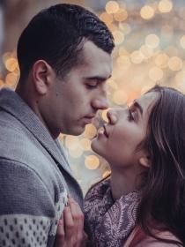 Lugares mágicos para dar un beso apasionado: ¡Déjale sin palabras!