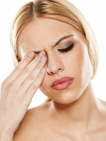 Los peligros de la alergia a las sombras de ojos y al eyeliner