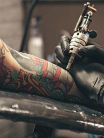¿Qué significan los tatuajes de biberones?