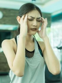 ¿Por qué me duele la cabeza cuando estoy en el gimnasio?