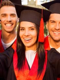 7 trucos para salir bien en las fotos de graduación
