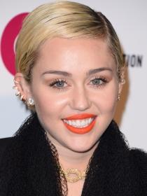 Unas fotos comprometidas de Miley Cyrus la señalan como bisexual