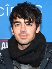 Joe Jonas seduce describiendo su cuerpo desnudo en una entrevista