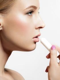 Labios secos y agrietados: causas y remedios