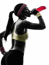 Los riesgos de las bebidas energéticas para practicar deporte