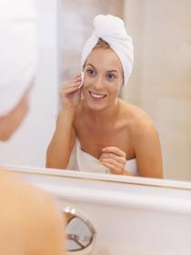Cómo aplicar leche limpiadora de la cara o desmaquillante facial