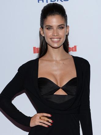 Sara Sampaio: cómo triunfar con vestidos negros