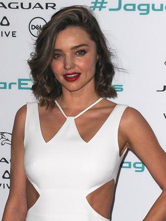 Cómo combinar un sexy vestido blanco a lo Miranda Kerr