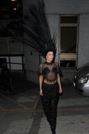 Lady Gaga se contonea cual pavo real