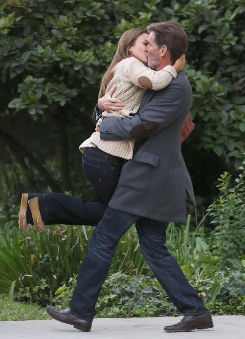 El beso de película entre Jessica Alba y Pierce Brosnan