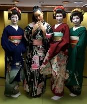 La cara más oriental de Katy Perry, rodeada de geishas