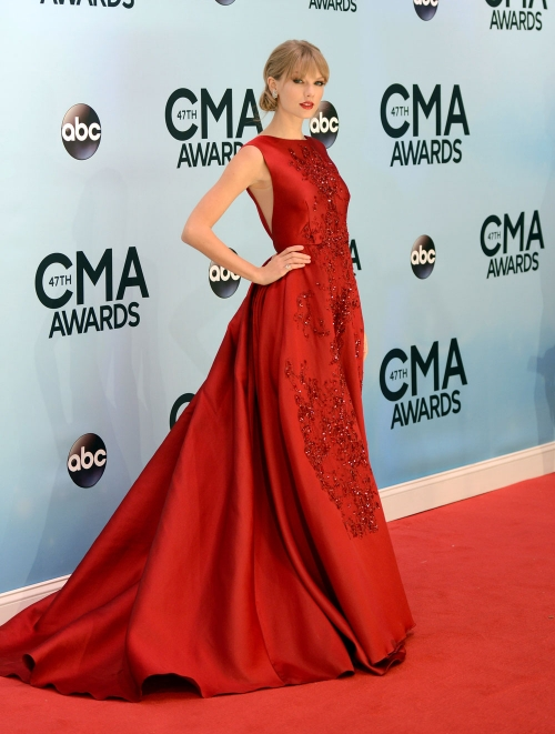 Taylor Swift, de rojo pasión en los CMA Awards