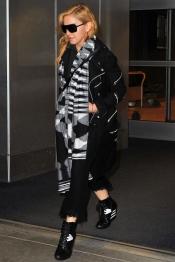 El look invernal de Madonna: con bufanda y a lo loco