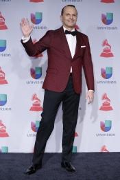 La colorida chaqueta de Miguel Bosé en los Premios Grammy Latino 2013