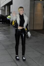 Miley Cyrus se disfraza de caniche para dar una vuelta
